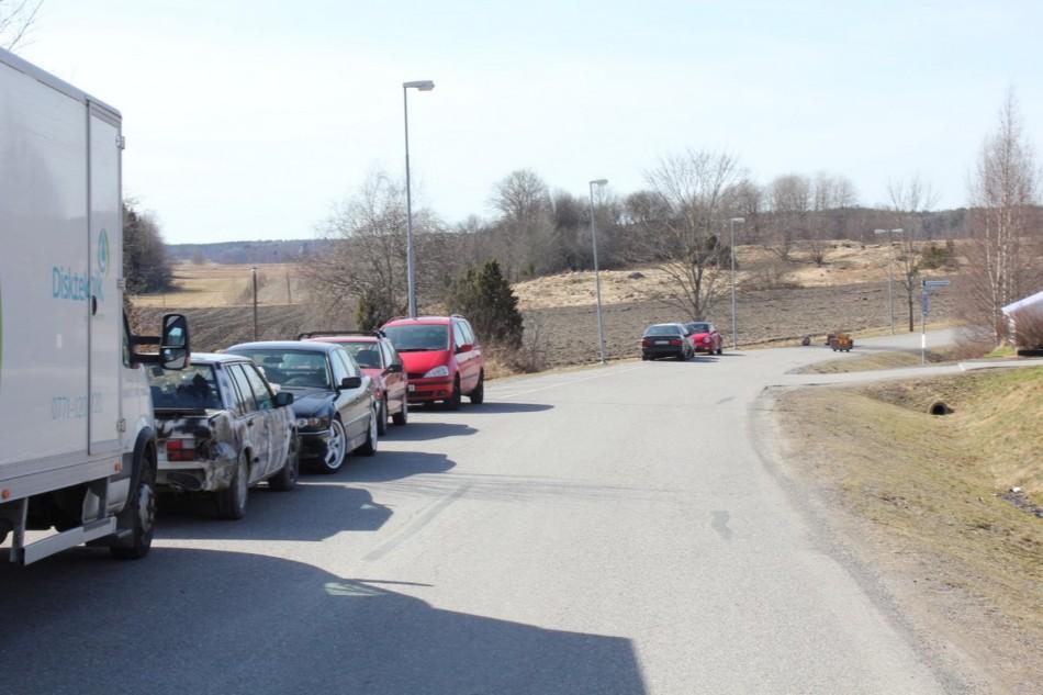 """Figur 11, bild från """"stora"""" Sunnersatvägen med parkerade bilar."""